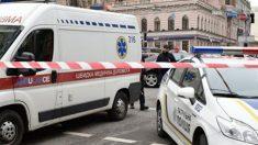 Un coche de Policía y una ambulancia en el lugar del secuestro en Jarkov (Ukrania)