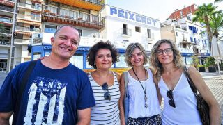 El actor de TV3 Toni Albà y sus hermanas, ante el restaurante que regentan en Vilanova i la Geltrú.