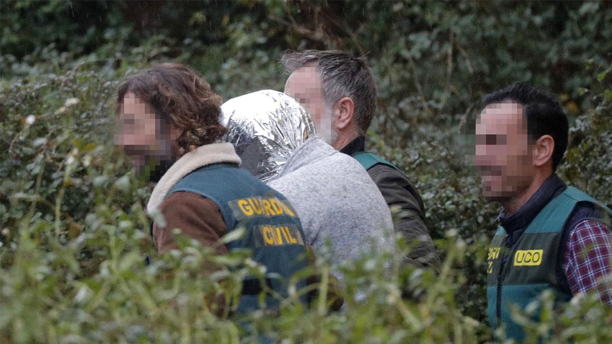 'El Chicle' durante uno de los registros, junto a agentes de la Guardia Civil. (Foto: EFE)