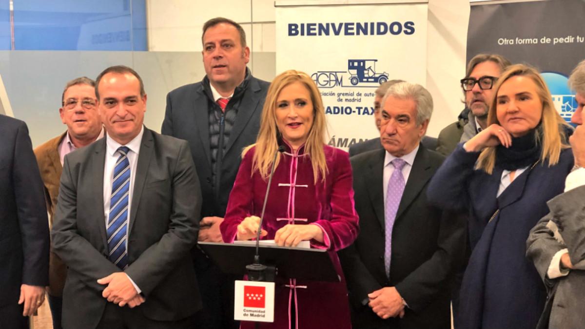 La presidenta madrileña, Cristina Cifuentes, con la Asociación Gremial del Taxi.