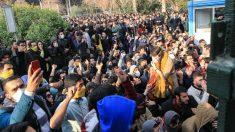 Manifestantes graban con sus móviles las marchas contra el Gobierno en Irán ante la Universidad de Teherán. (AFP)