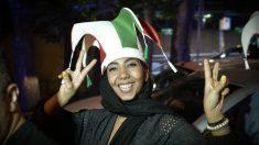 Una mujer iraní celebra en Teherán la clasificación de la selección de su país para el Mundial de fútbol. (Getty)