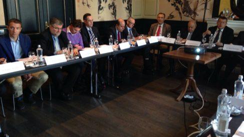 Jordi Pujol Soley (a la derecha) preside en abril de 2014 una reunión del patronato de la fundación CTecno junto a Carles Flamerich.