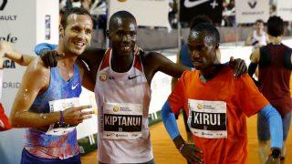 El keniano Eric Kiptanui posa junto a su compatriota Amos Kirui y al español Toni Abadía tras lograr la primera, segunda y tercera posición, en la San Silvestre Vallecana. (EFE)