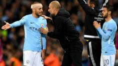 Guardiola y Silva dialogan en un partido ante el City. (Getty)
