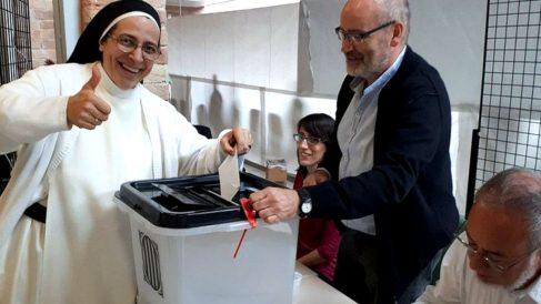 La monja independentista Sor Lucía Caram vota en el referéndum ilegal del 1-O.