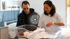 Karen Herrea, nicaagüense, y su marido, Joaquin López, español, miran su hijo Derek Manuel, que ha sido el primer niño nacido en 2018 en los hospitales de la Comunidad de Madrid., Foto: EFE