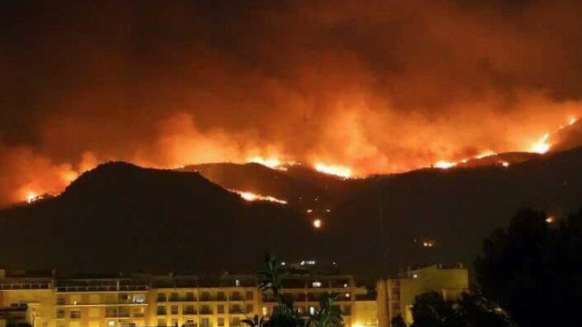 Una imagen del incendio forestal que ha devorado al menos 10 hectáreas de una zona cercana a la localidad catalana de Castelldefels. Foto: twitter