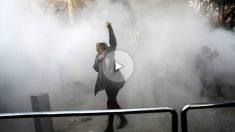 Una mujer levanta el brazo durante una de las protestas en Teherán por la creciente crisis económica que vive Irán. Foto: AFP