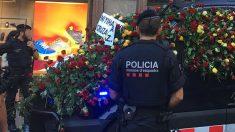 Unos mossos en las calles de Barcelona tras los atentados del 17-A. (Foto: SPC)