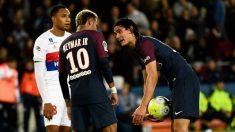 Neymar y Cavani discuten por el lanzamiento de un penalti (AFP)