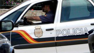 Un agente de la Policía Nacional en su coche.