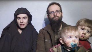 Joshua Boyle, junto a su mujer Caitlan Coleman a su llegada tras 5 años de cautiverio en manos de los Talibán de Afaganistán. A la derecha sus dos hijos nacidos en cautiverio. Foto: Agencias