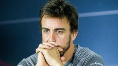 Fernando Alonso, enfadado en una rueda de prensa. (AFP)