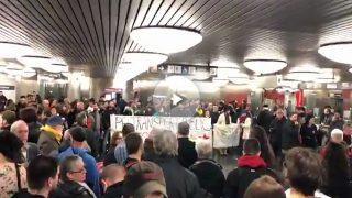 Protestas contra Colau y  la subida de tarifas en el Ayuntamiento de Barcelona