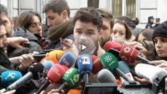Gabriel Rufián atiende a los micrófonos.