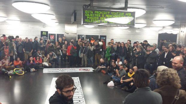 Sentada contra la subida de los billetes en las estaciones de Barcelona