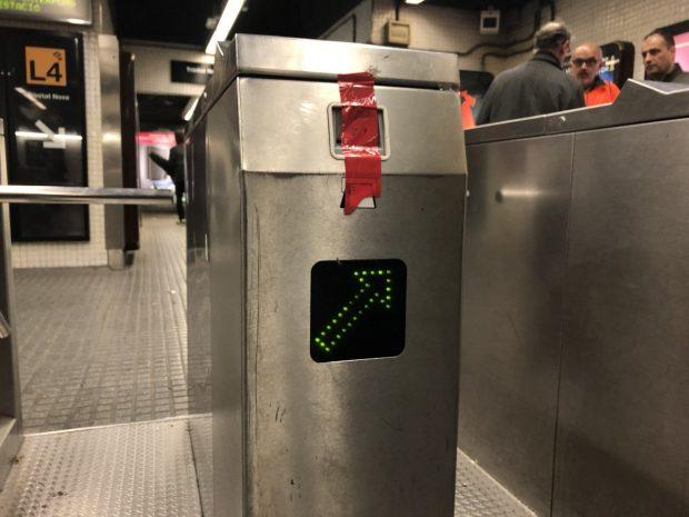 Tornos precintados en las estaciones de Barcelona