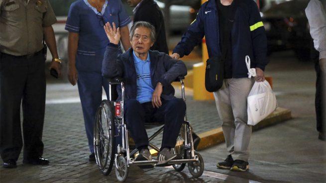 Alberto Fujimori en silla de ruedas.