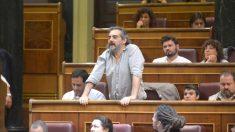 El diputado de Podemos en el Congreso, Raimundo Viejo Viñas, de pie desde su escaño