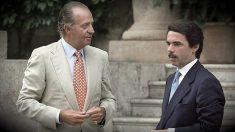 El Rey Juan Carlos I junto al entonces presidente José María Aznar, despachando en Marivent.
