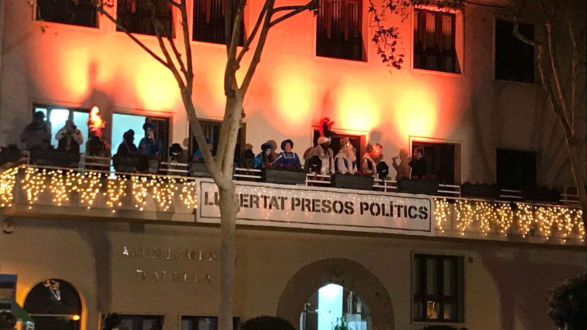 Los Reyes Magos pronuncian su pregón dirigido a los niños sobre un cartel de «Libertad presos políticos» en Alella (Barcelona).