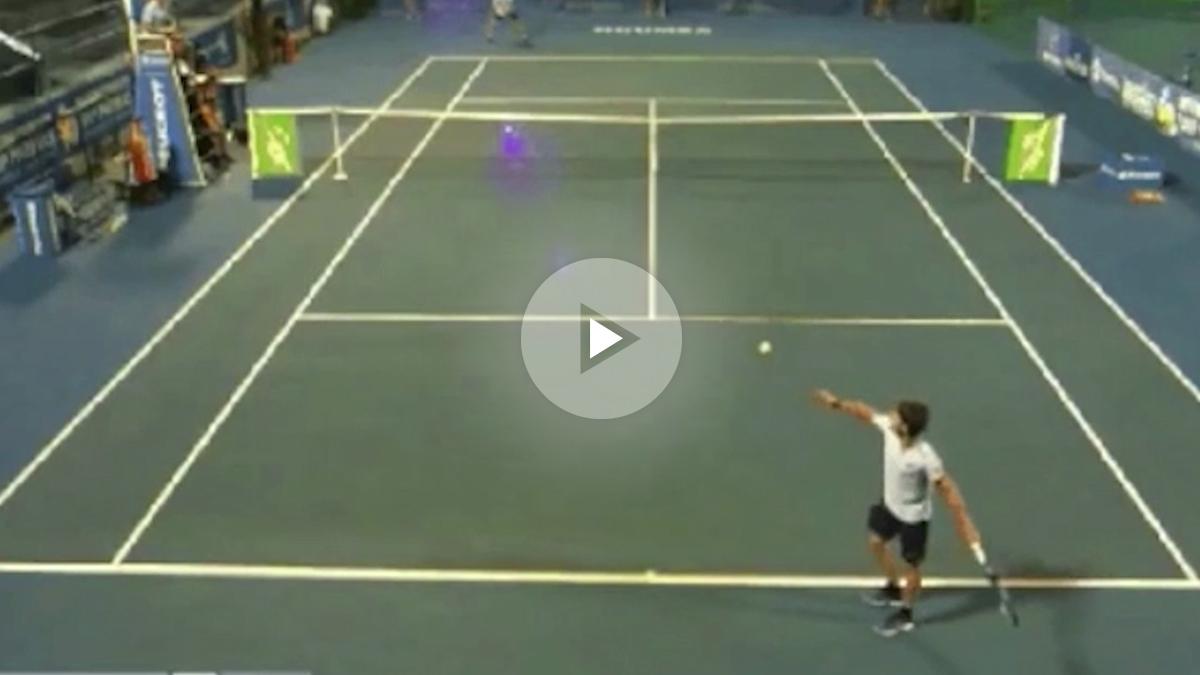 El tenista francés Corentin Moutet firmó un saque ridículo durante un partido del ATP Challenger Noumea. El jugador de 18 años se medía al norteamericano Stefan Kozlov y decidió hacer un saque globo que ni entró en el campo contrario. La imagen se hizo viral en las redes sociales. El galo, pese a ese increíble saque, logró ganar el partido por 6-7, 6-3 y 2-6.