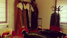 Los trajes de los tres Reyes Magos de Vallecas este 2018, uno de ellos encarnado por una mujer.