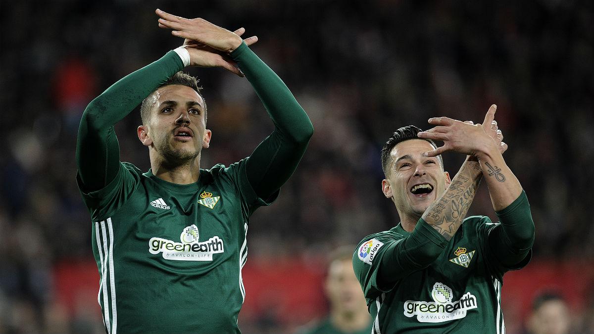 Feddal y Sergio León celebran un gol ante el Sevilla. (AFP)