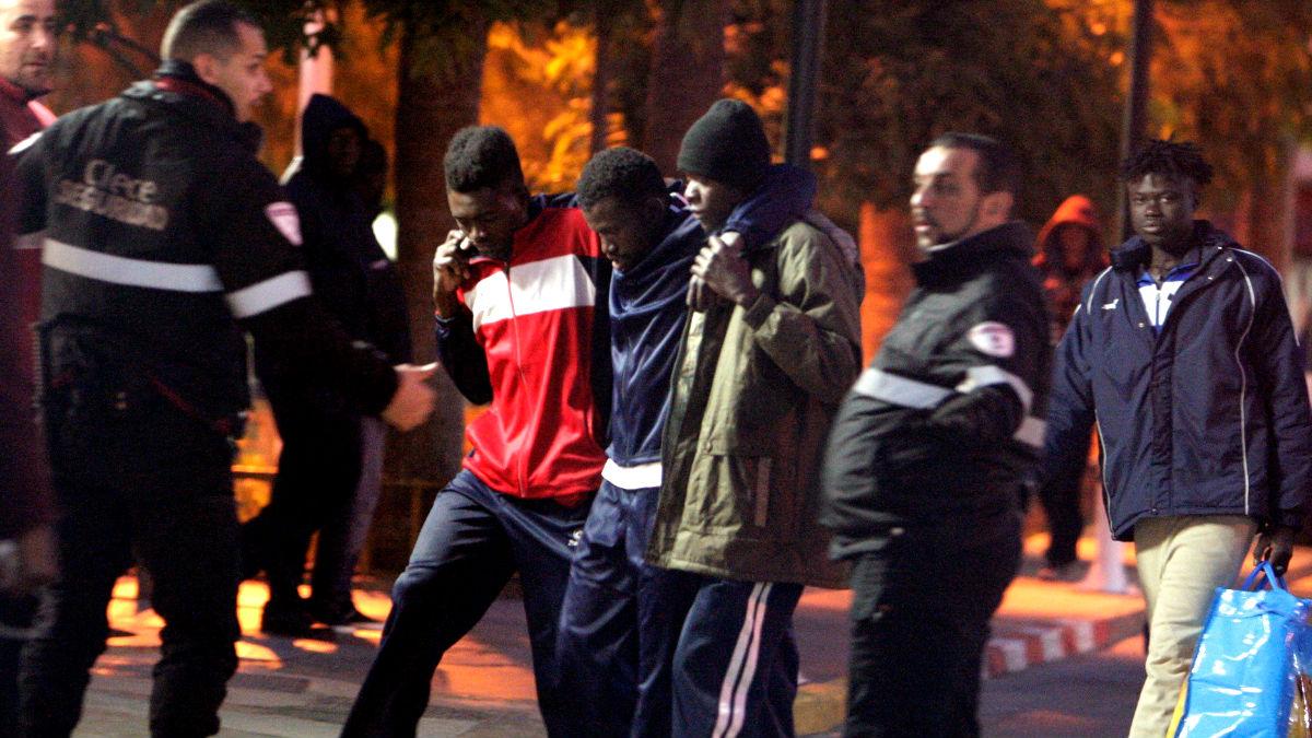 Imagen de archivo de Inmigrantes tras saltar la valla de Melilla (Foto: Efe).