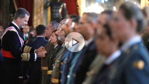 El Rey Felipe VI impone las condecoraciones en el Salón del Trono del Palacio Real, durante la celebración hoy de la Pascua Militar, que es el primero de los actos con los que se va a homenajear a los Reyes eméritos por sus aniversarios a lo largo de 2018. (Foto: Efe)