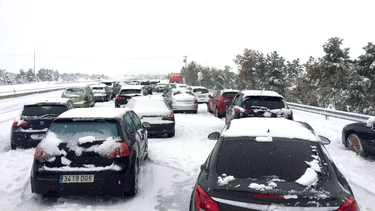 Coches atrapados por la nieve en la AP6 (Foto: Efe).