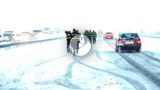 La UME en plena acción rescatando coches atrapados por la nieve en la AP6 (Foto: Efe).