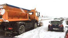Vehículos atrapados en la AP6 (Foto: Efe).