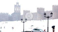 Las calles de Ávila cubiertas de nieve. (Vídeos: @formerluni @lore_gm86)