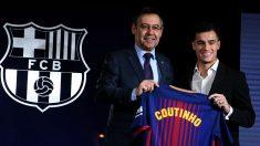 Bartomeu y Coutinho posan con la camiseta que llevará el brasileño. (Getty)