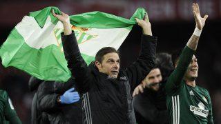 Los jugadores del Betis celebran la victoria contra el Sevilla. (AFP)