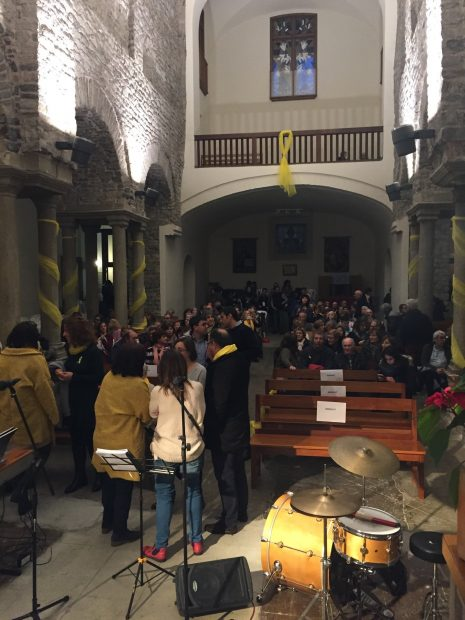 La hermana de Puigdemont presenta una asociación de apoyo a los presos en la iglesia de su pueblo