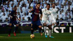 Luis Suárez y Varane pelean por un balón en el Clásico. (Getty)
