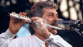 El flautista y vocalista de Tha Moody Blues, Ray Thomas.