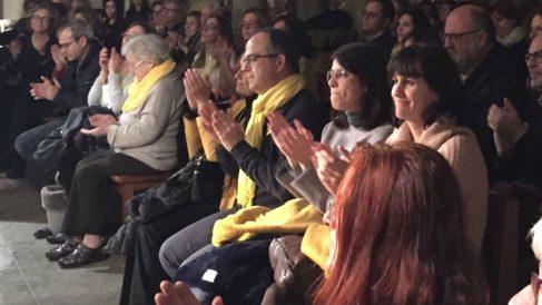 Jordi Turull, sentado en primera fila de la iglesia parroquial de Amer (Gerona), junto a otros candidatos de Junts per Catalunya
