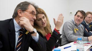 Artur Mas habla con Marta Pascal, junto a los dirigentes del PDeCAT David Bonvehí y Ferran Bel, antes de su rueda de prensa. (EFE)