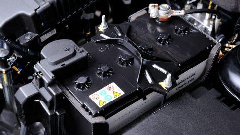 Arrancar nuestro coche aunque se haya quedado sin batería es posible, aunque debemos saber que nos exponemos a causar una avería bastante más costosa para nuestro bolsillo.