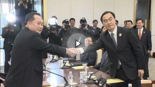 Los representantes de Corea del Norte y Corea del Sur se estrechan la mano en el primer cara a cara diplomático en años.