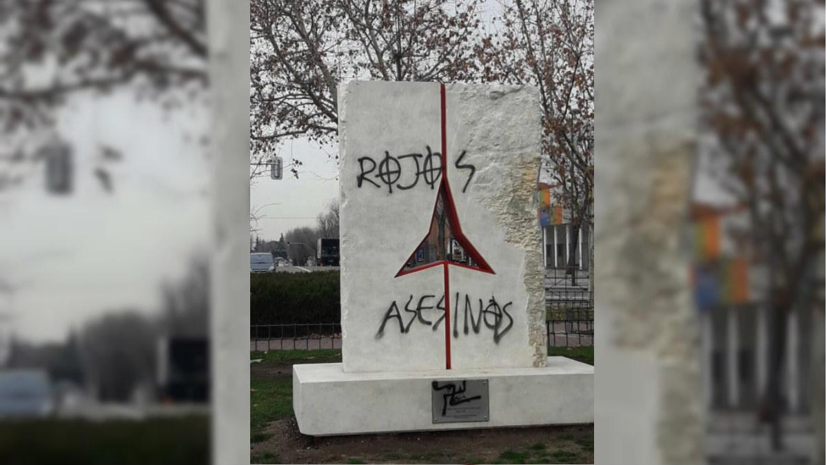 El monolito de homenaje a las Brigada Internacionales, atacado con pintadas neonazis.