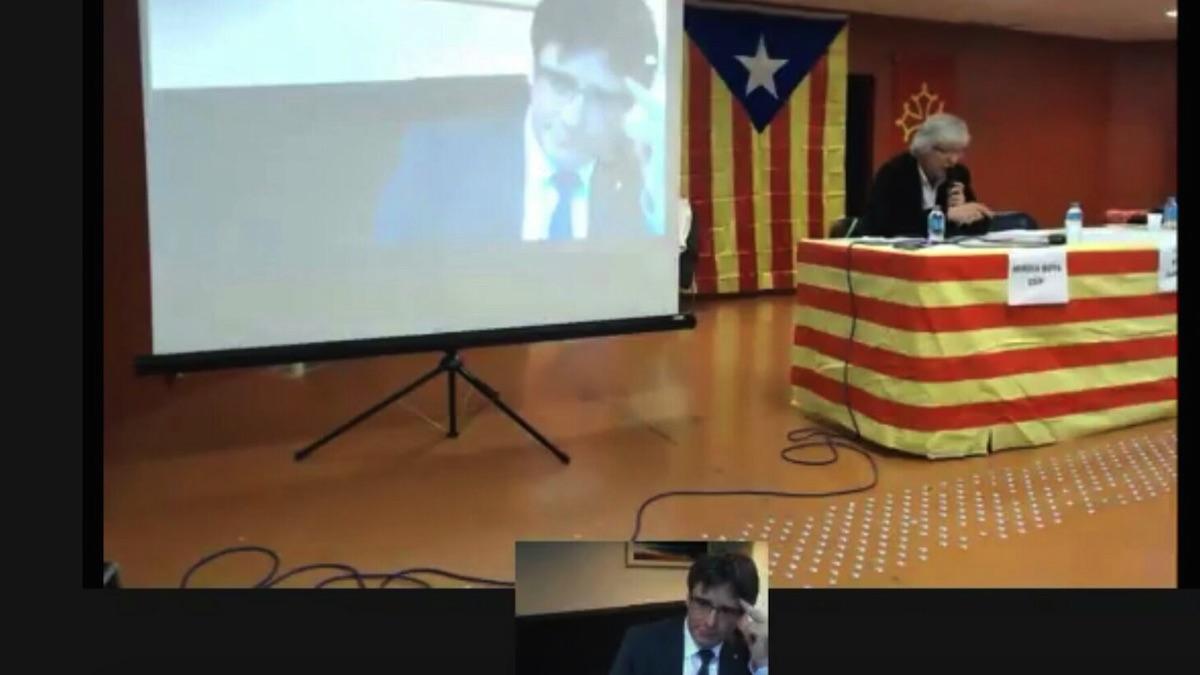 El huido presidente de Cataluña, Carles Puigdemont, interviniendo por videoconferencia. (Foto: OKDIARIO)