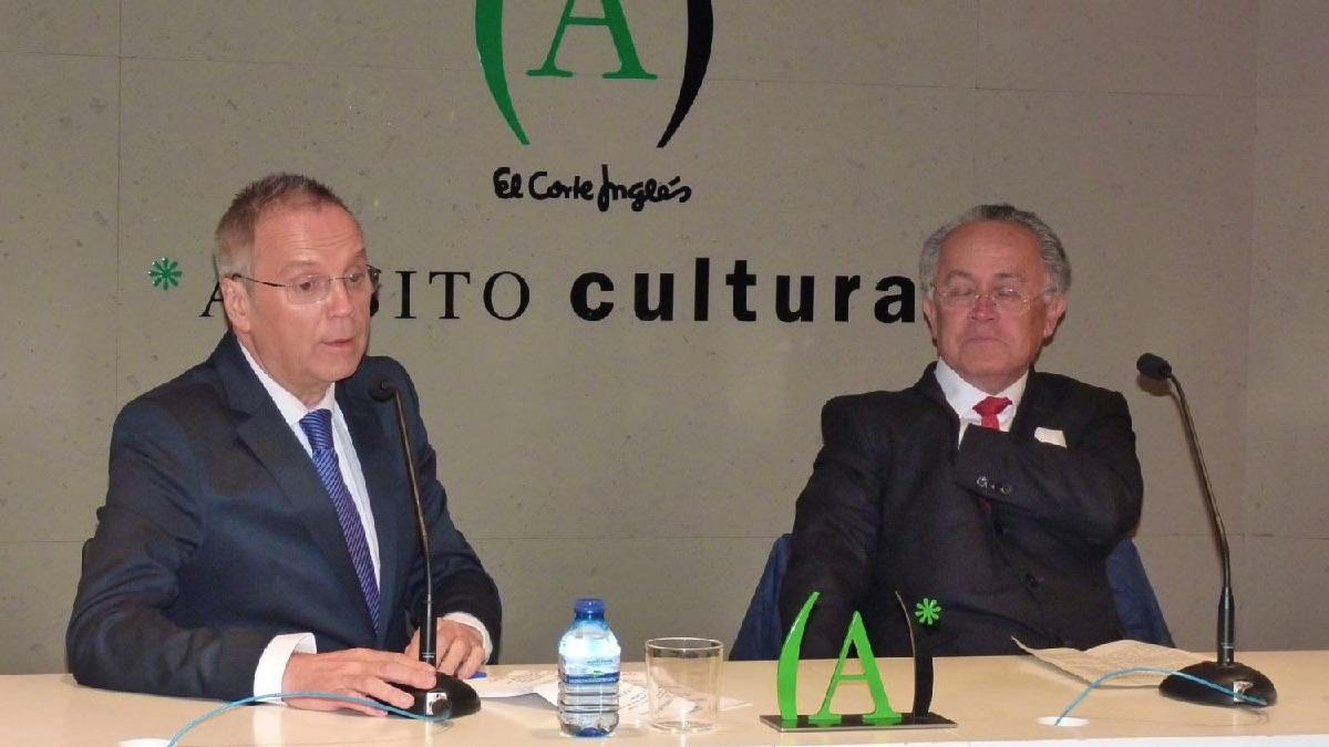 El edil Antonio Miguel Carmona junto al novelista José Villacís.