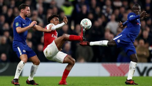 Kante, Drinkwater e Iwobi disputan un balón en el derbi de Londres. (Getty)