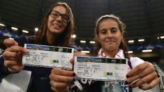 Aficionadas del Sevilla enseñan entradas  en un partido europeo. (Getty)