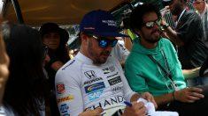 La popularidad de Fernando Alonso en Estados Unidos ha crecido de tal forma que se tienen que tomar medidas especiales dentro de su equipo de las 24 horas de Daytona para asegurar que el piloto pueda trabajar con normalidad. (Getty)